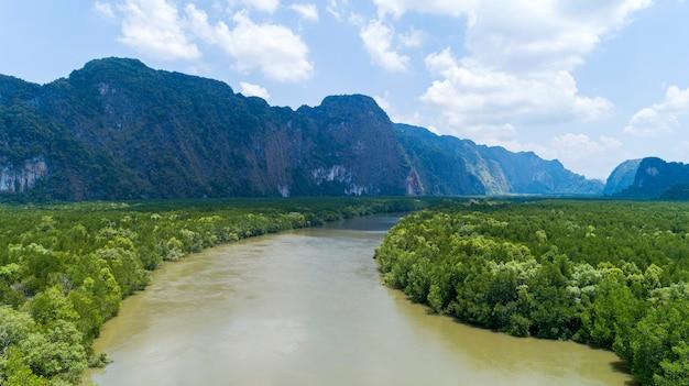 空撮ドローンショットの美しい自然の風景川のマングローブ林と高山のパンガー県タイ Premium写真