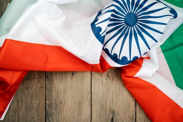 Празднование дня независимости индии флаг индии на дереве Premium Фотографии