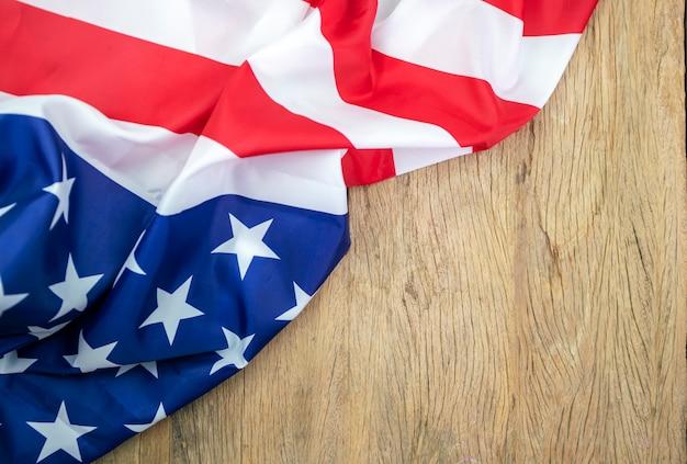 背景の古い木の上のアメリカの国旗 Premium写真