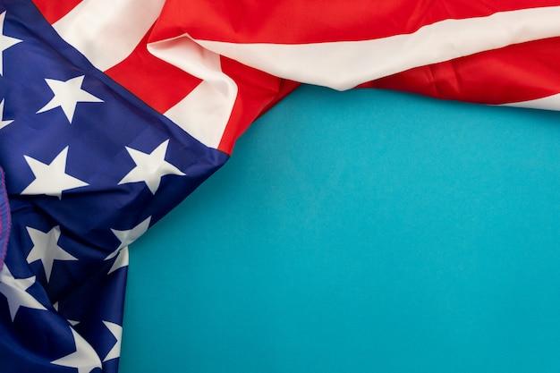 Американский флаг на синем фоне с копией пространства для вашего текста. Premium Фотографии