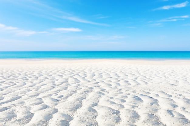 Кривая белого песка или тропический песчаный пляж с размытым фоном голубого океана и голубого неба Premium Фотографии