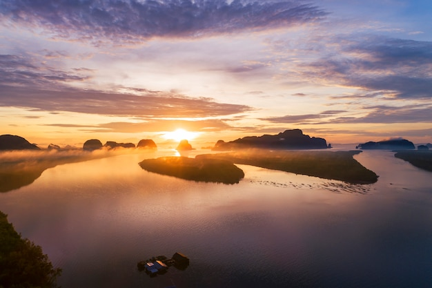風景自然ビュー、タイの山の上の美しい光の日の出空撮ドローンショット Premium写真