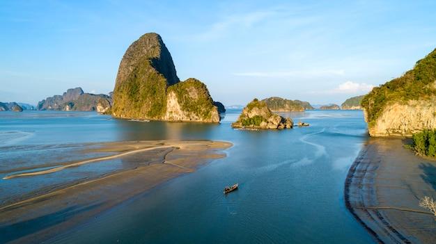 空撮ドローンショット、マングローブ林と熱帯の海、タイ、ハイアングルで小さな群島 Premium写真