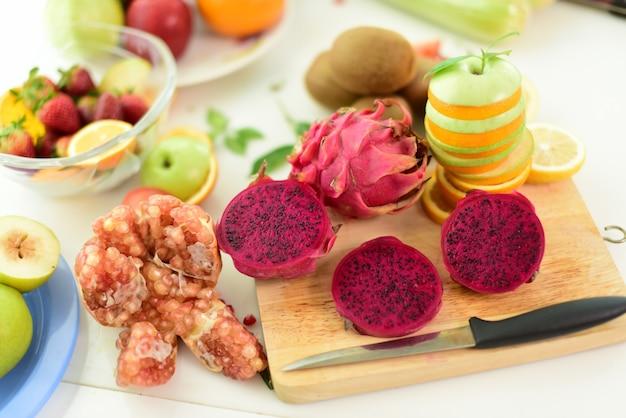 新鮮な有機野菜や果物 Premium写真