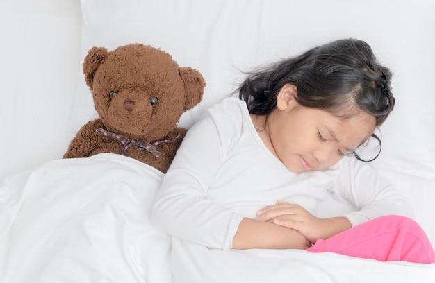 腹痛を患っているアジアの子供 Premium写真