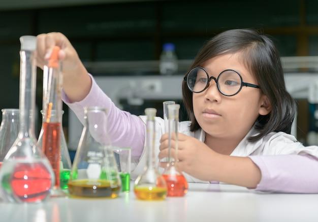 実験用の上着を作る実験の小さな科学者 Premium写真