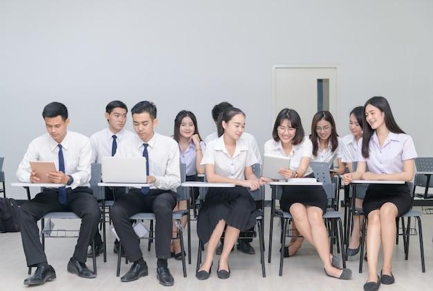 教室でノートパソコンを扱う学生 Premium写真