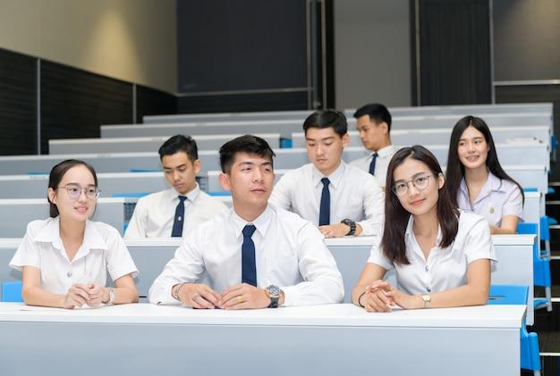 教室で学ぶ学生のグループ Premium写真