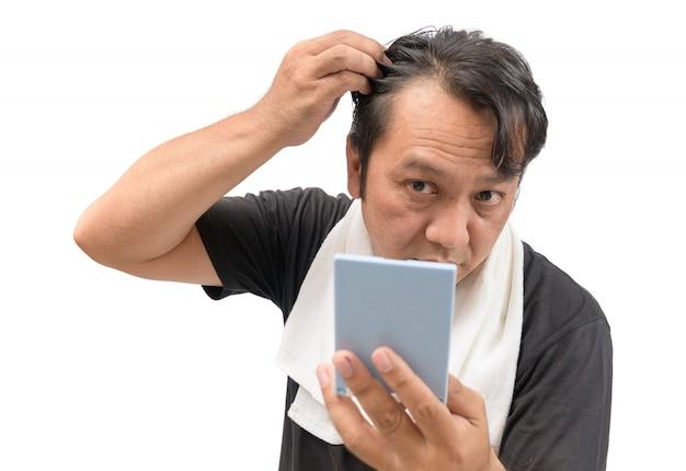 男は彼の脱毛や脱毛症を心配している Premium写真