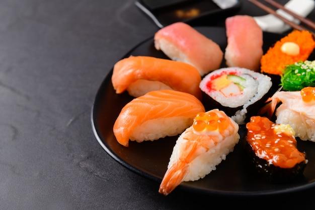 黒い皿に刺身寿司セットのクローズアップ、 Premium写真