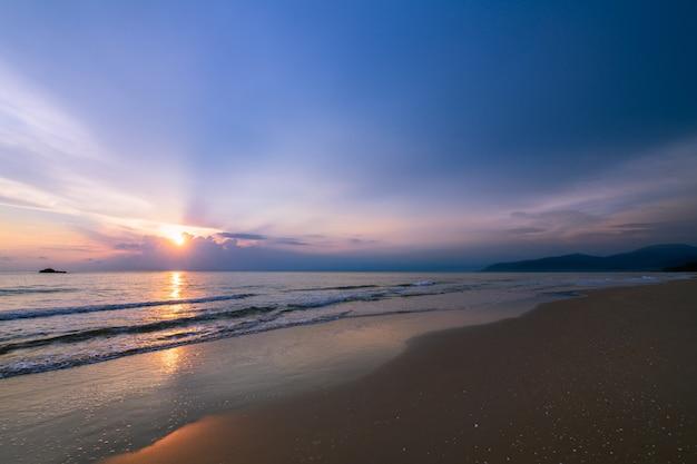 カノムビーチの日の出の美しい曇り Premium写真
