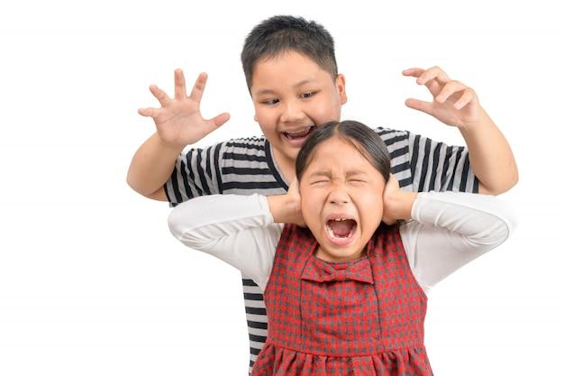 怒った兄は、孤立した妹を攻撃します。 Premium写真