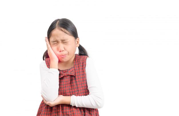 分離された歯痛に苦しんでいる不幸なアジアの女の子 Premium写真