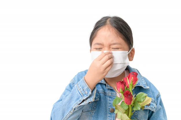 Ребенок с маской для предотвращения аллергии и проведения красной розы Premium Фотографии