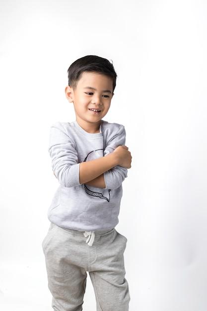 孤立した背景の少年 Premium写真