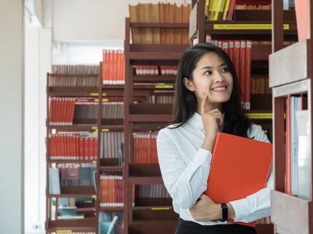 女子学生が本を読んで Premium写真