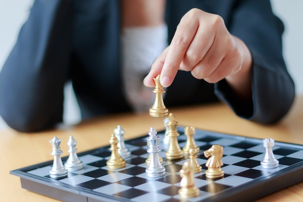 ゴールデンチェスを移動するビジネスウーマンのショットの手を閉じます Premium写真