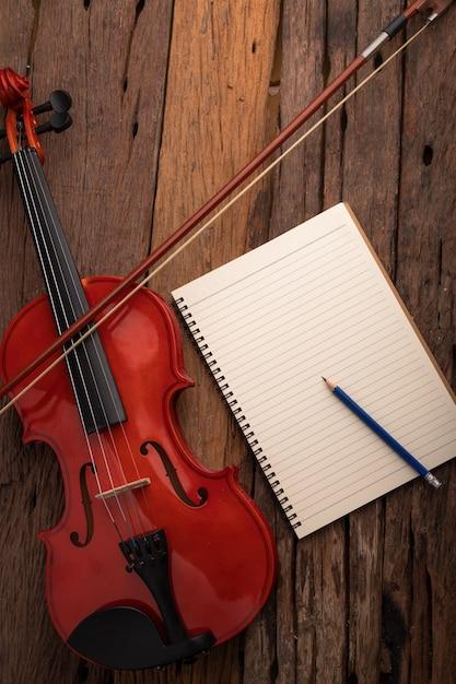 クローズアップショットバイオリンオーケストラ楽器とノート Premium写真