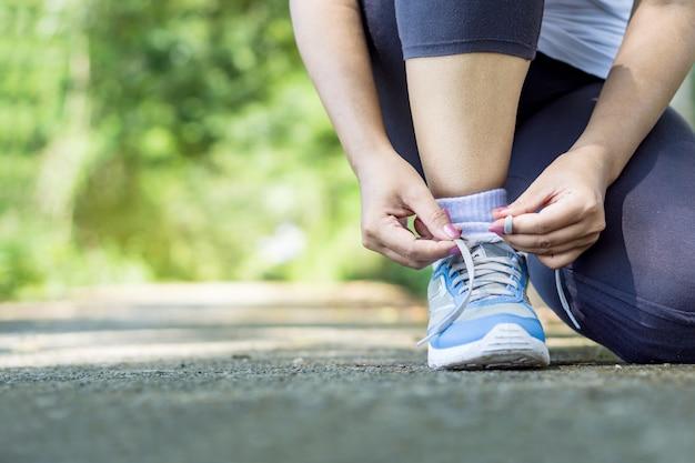 女性ランナータイピング靴ひも Premium写真