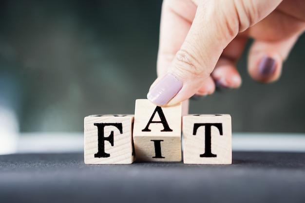 脂肪またはフィットライフスタイルを反転する手 Premium写真