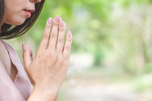 女性の祈りと穏やかな屋外の瞑想を行う Premium写真