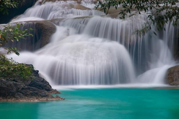 美しい滝 - カンチャナブリ、タイのエラワン国立公園でエラワンの滝。 Premium写真