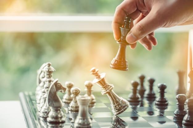 ビジネスマンのチェスをする主要な戦略成功ビジネスリーダーの計画 Premium写真