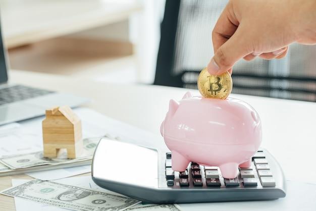 ピンクの貯金箱にコインを入れての実業家 Premium写真