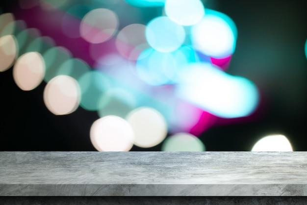 背景のボケ味のボケ味を持つ古い灰色セメント棚テーブル Premium写真