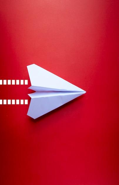 Закройте вверх бумажный самолетик с изолированной предпосылкой Premium Фотографии