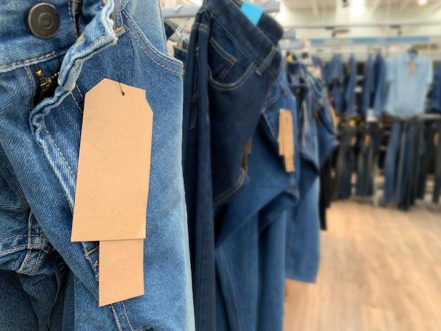 Джинсовая джинсовая брюка с бумажными бирками Premium Фотографии