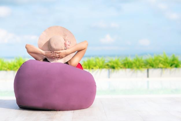 女性の夏のプールサイドでお手玉に再起 Premium写真