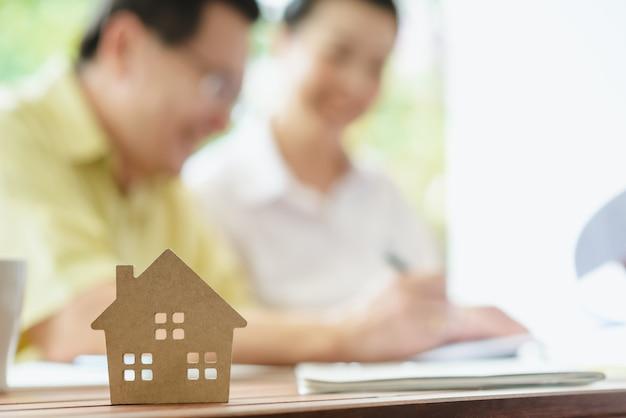 契約書に署名するビジネスが家を売買する Premium写真