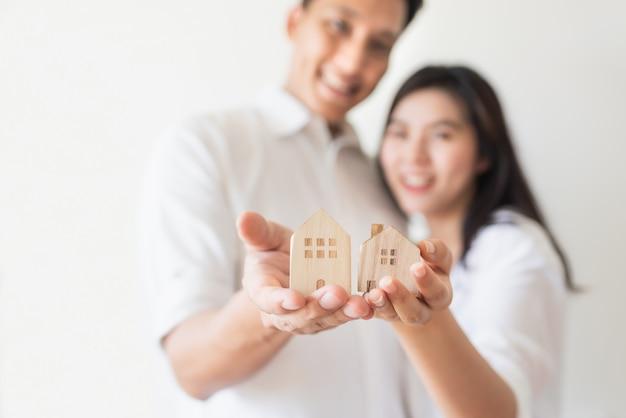 Счастливая пара начинает новую жизнь и переезжает в новый дом Premium Фотографии
