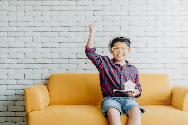 アジアの子供の少年は彼の将来のキャリアのためにエンジニアになるように促します Premium写真