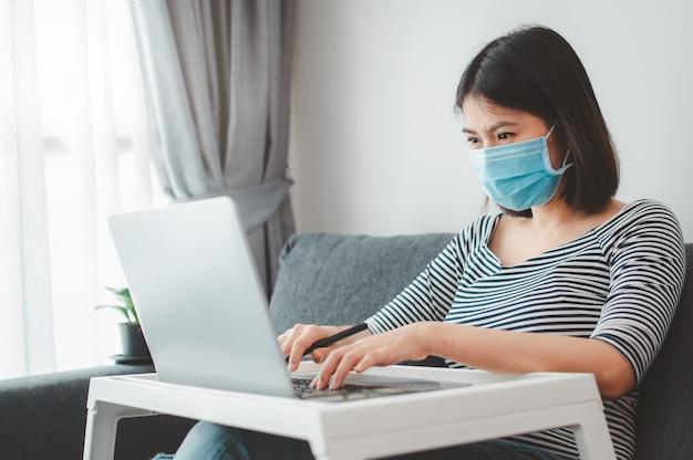 Женщина в маске на дому Premium Фотографии