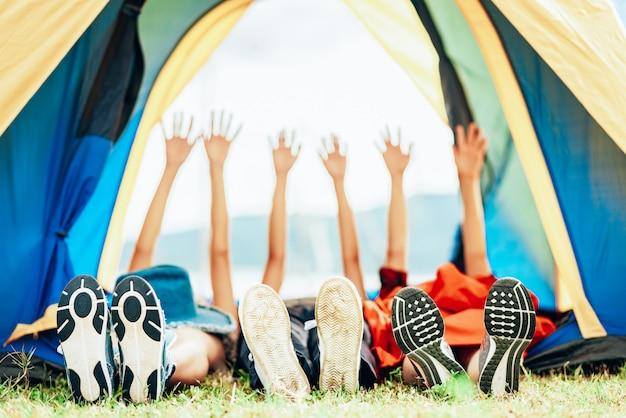 幸せな友達旅行キャンプ屋外 Premium写真