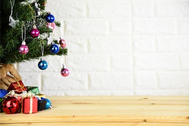 クリスマスツリーの背景と新年の背景 Premium写真