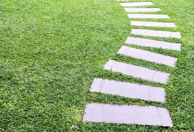 緑の芝生の上の通路 Premium写真