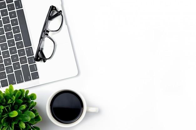 空白のノートブックおよび他の事務用品とオフィスのワークスペースを持つ事務机の平面図 Premium写真