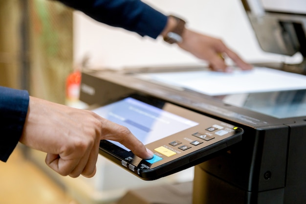 Деловой человек кнопка ручной пресс на панели принтера, сканер принтера лазерный офис копировальная техника начала концепции. Premium Фотографии
