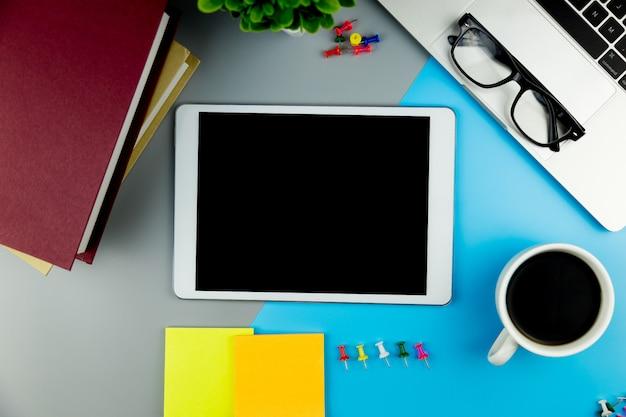 空白のモックアップタブレットオフィスデスク作業スペースの平面図です。 Premium写真