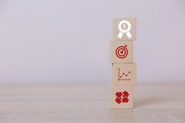垂直方向の木製のブロックを配置する成功へのビジネスのサービスコンセプトビジネス戦略の立案市場での勝利へ。 Premium写真