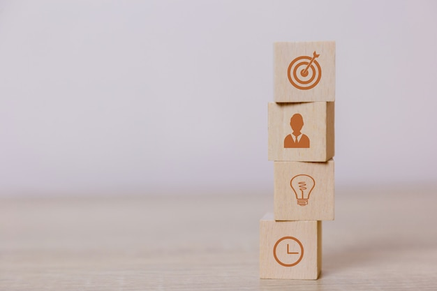 木のブロックを配置する成功へのビジネスのサービスコンセプトビジネス戦略の立案市場での勝利へ。 Premium写真