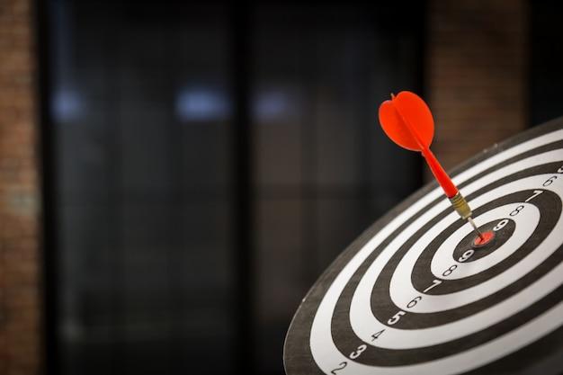 Красная стрелка цель дротик, попав на яблочко с, целевой маркетинг и концепция успеха в бизнесе - стоковое изображение Premium Фотографии