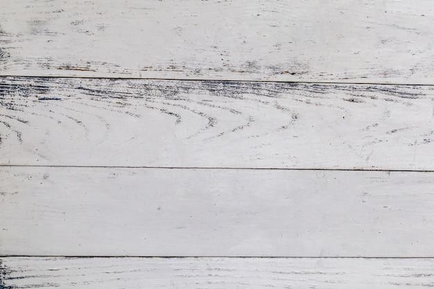 Взгляд сверху белой предпосылки поверхности деревянного стола. Premium Фотографии