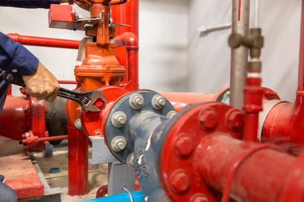 配管工の修理とメンテナンスの大きな水道管の実行。 Premium写真
