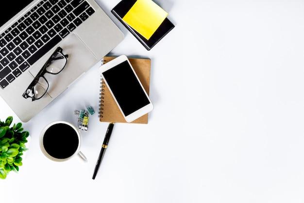 Взгляд сверху стола офиса современного с местом для работы в офисе с космосом экземпляра, положением квартиры. Premium Фотографии