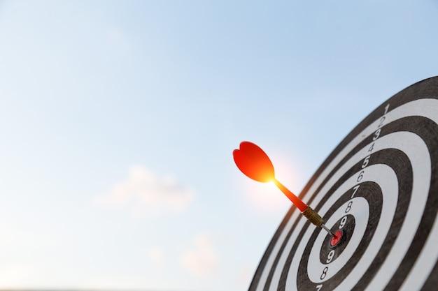 Красная стрелка цели дротика ударяя на яблочке с, целевой маркетинг и концепция успеха в бизнесе Premium Фотографии