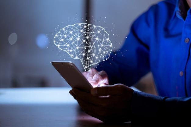 Бизнес с помощью телефона, с иконой мозга, креативность и новаторство являются ключом к успеху, новым идеям и инновационной концепции. Premium Фотографии